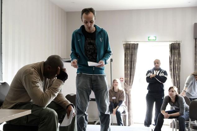 Mis en scène de plusieurs participants réalisant une improvisant théâtrale