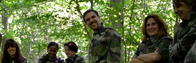 stage de survie nature : les participants en tenue militaire sont en pleine forêt