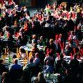 Les participants assis à table avec des boomwhackers