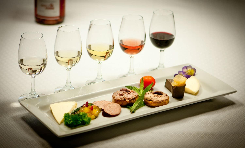 dégustations insolites : 4 vins différents et une assiettes avec des amuses-bouche à goûter