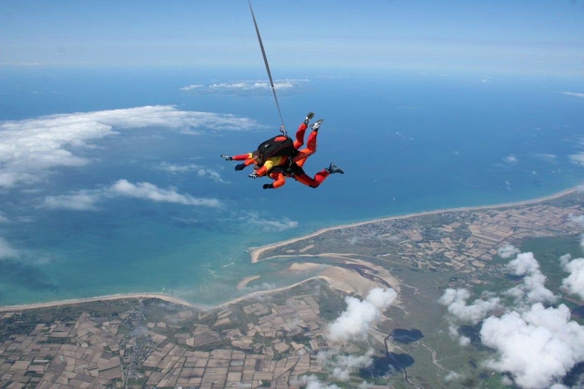 Team building extrême : un parachutiste en plein saut