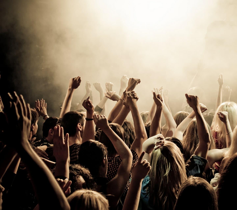 Around the rock : lors d'un concert, dans la fausse, les gens ont les bras levés