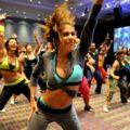 les danseurs donnent toute leur énergie dans un cours de zumba