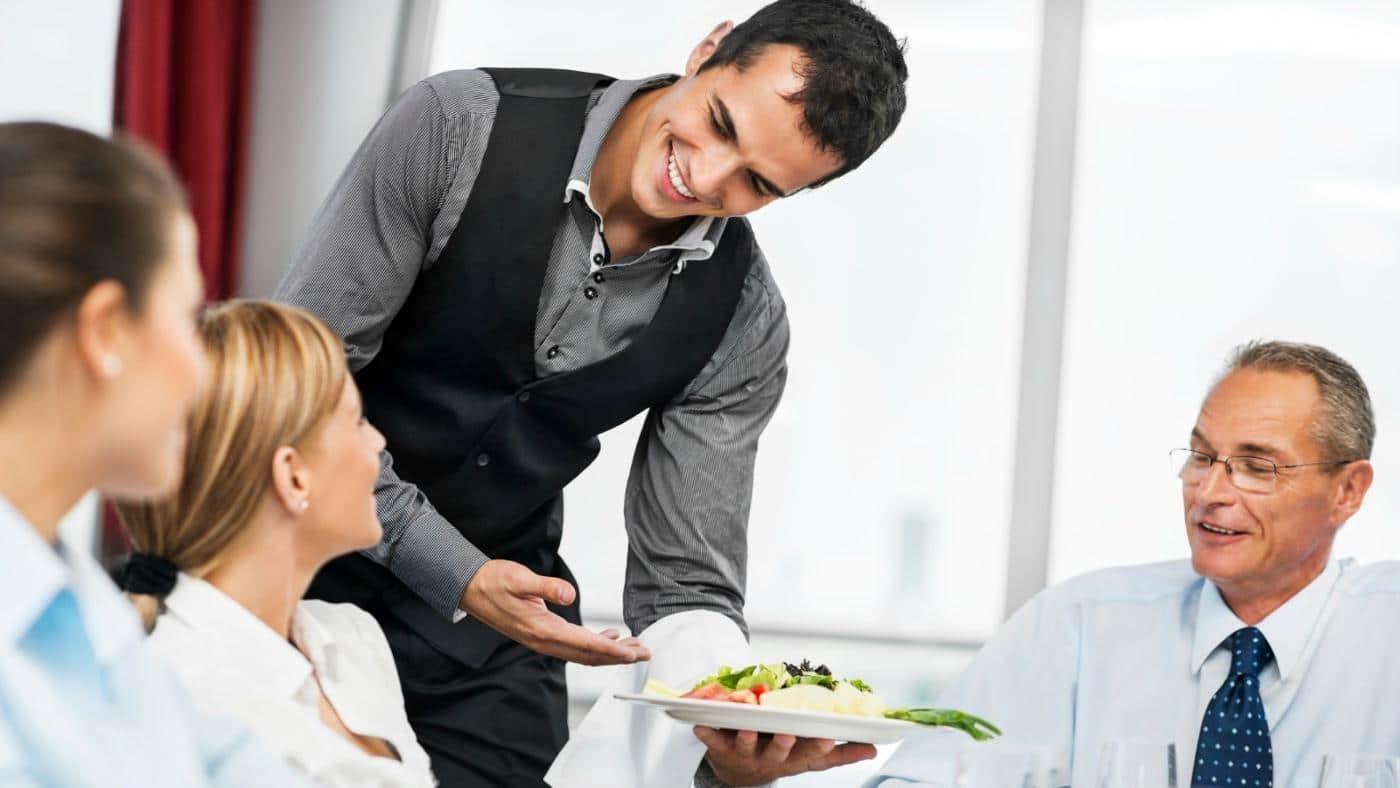faux serveurs : un serveur sert des gens attablés