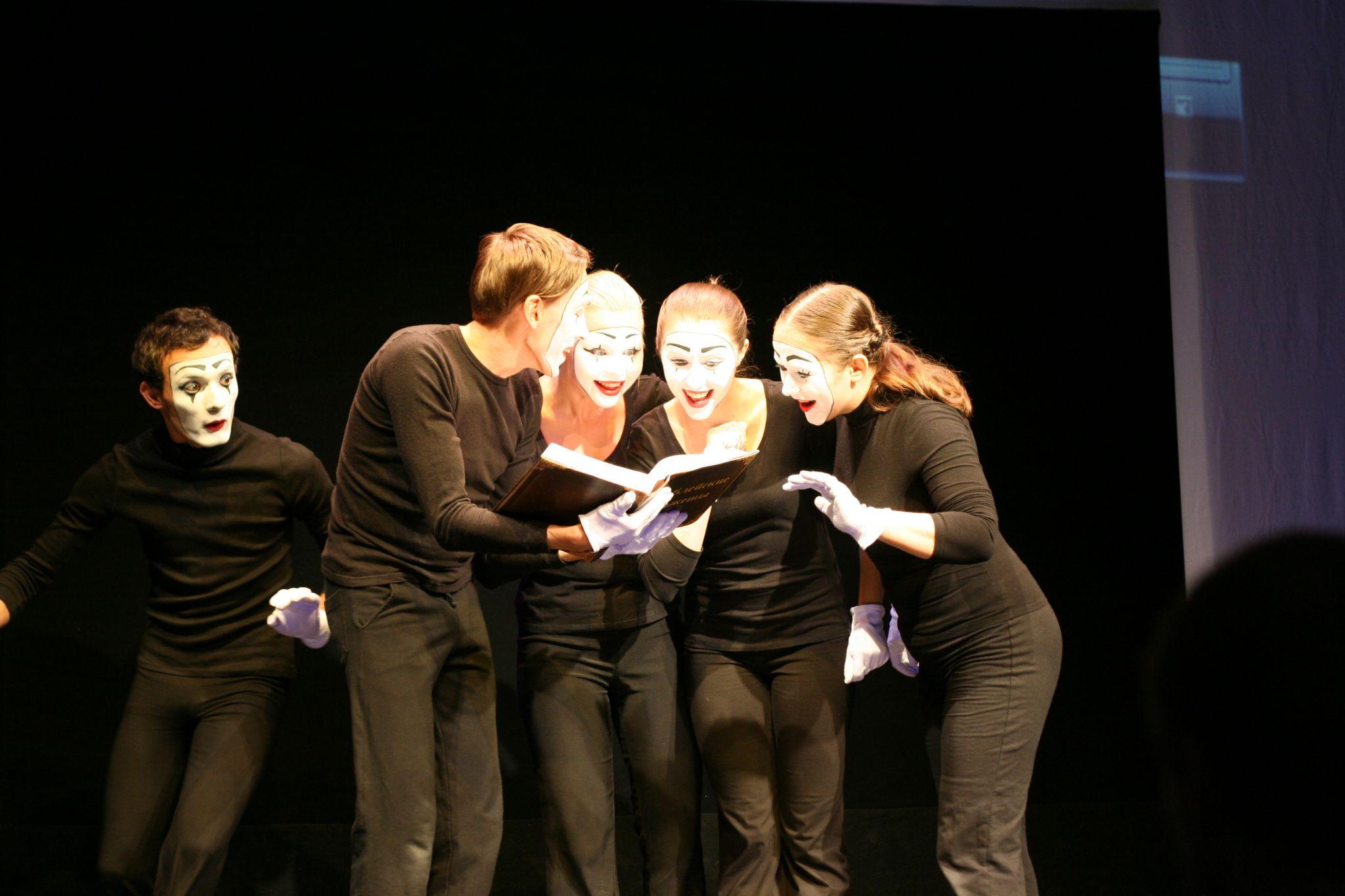 Mime : les participants sur une scène de théâtre font un exercice ensemble