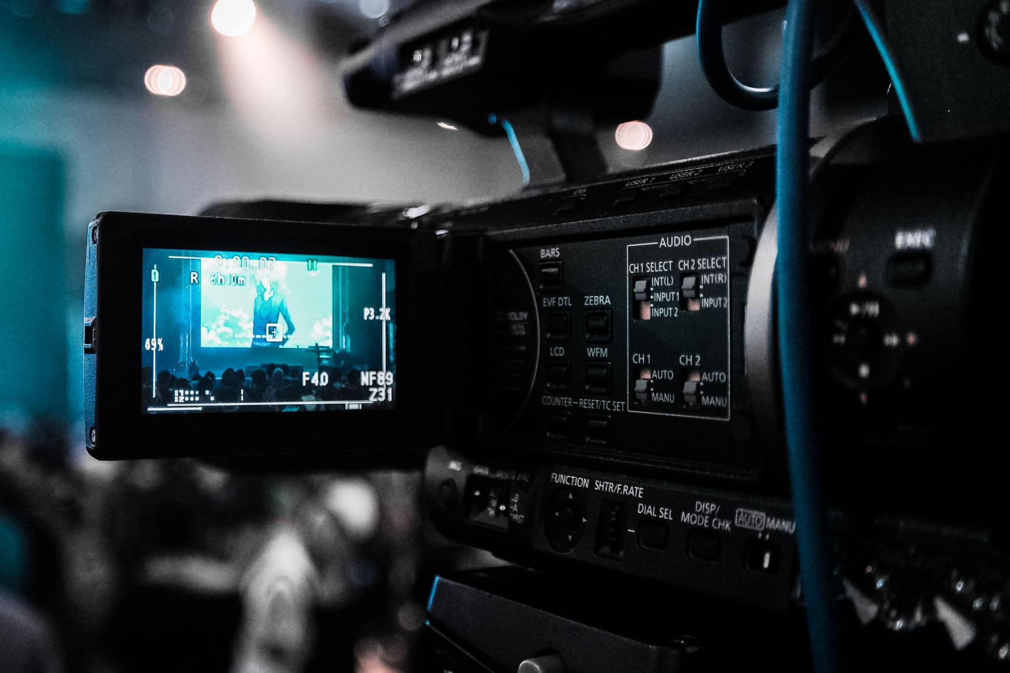 Tournage de court metrage : gros plan sur une caméra, on peut voir ce qu'elle filme à travers son écran