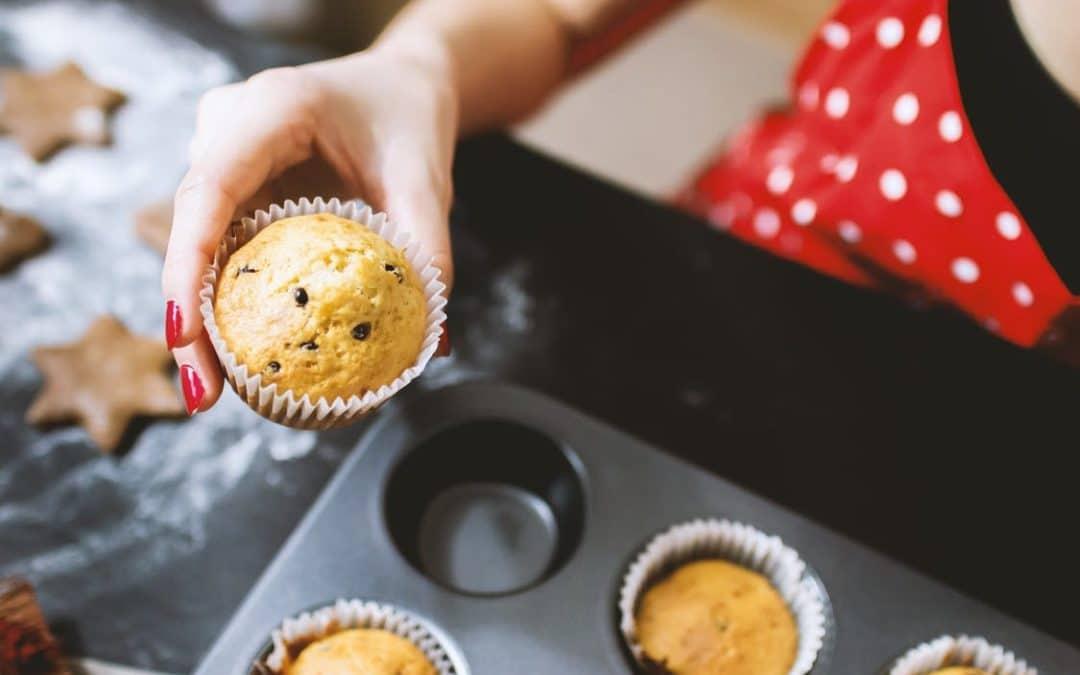 Atelier pâtisserie : une main tient un muffin sorti du four